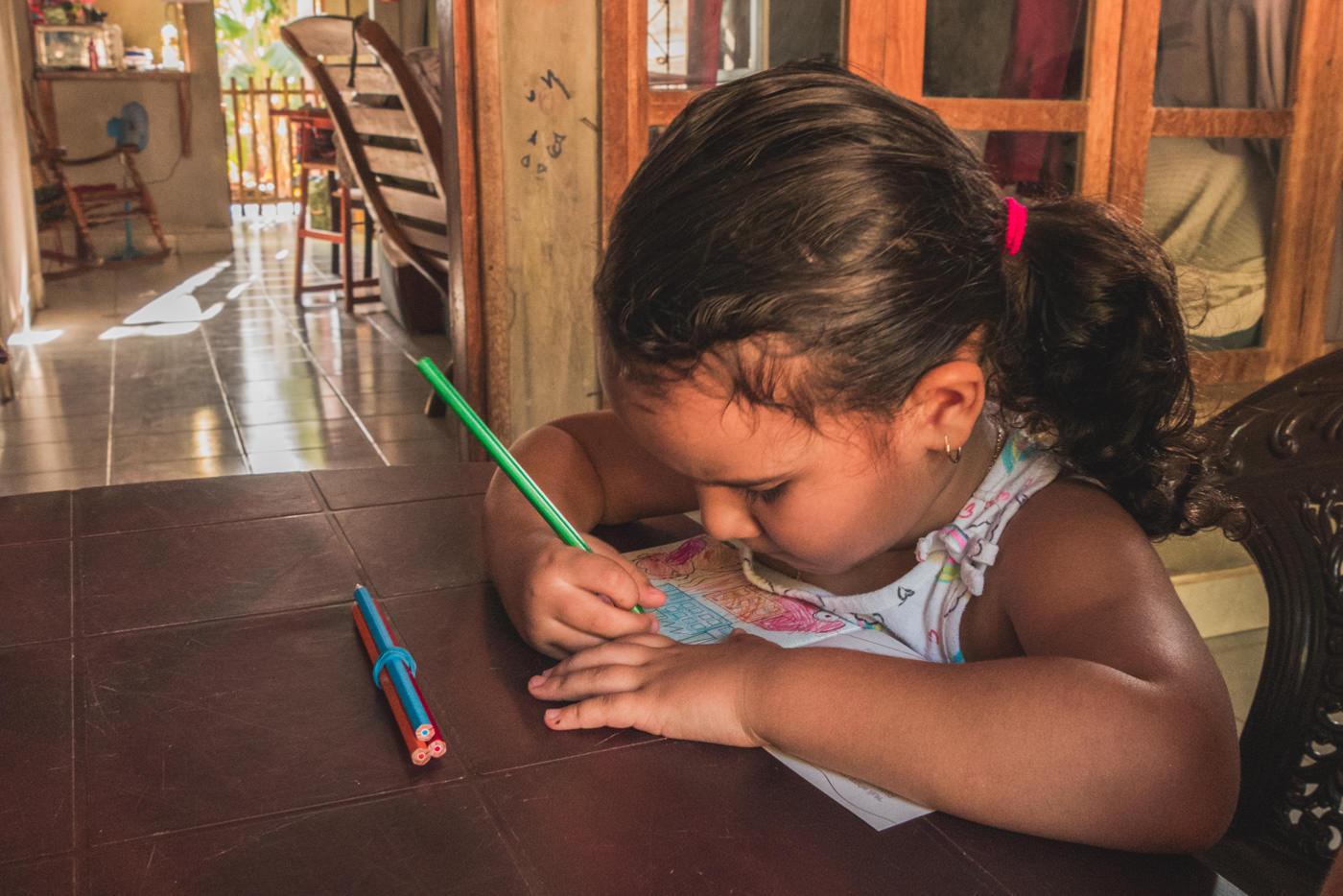 Mädchen malt Explainora Malbuch aus