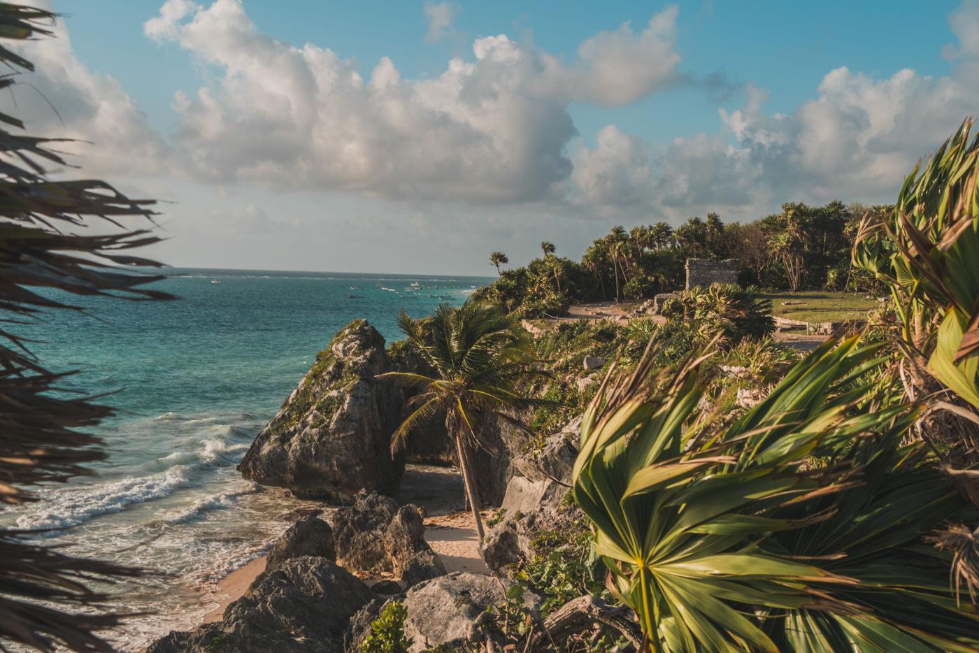 Gelände von den Maya Ruinen in Tulum in Mexiko