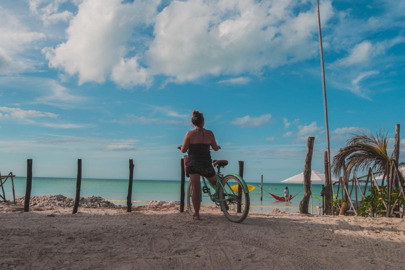 Julia auf dem Rad auf Isla Holbox in Mexiko