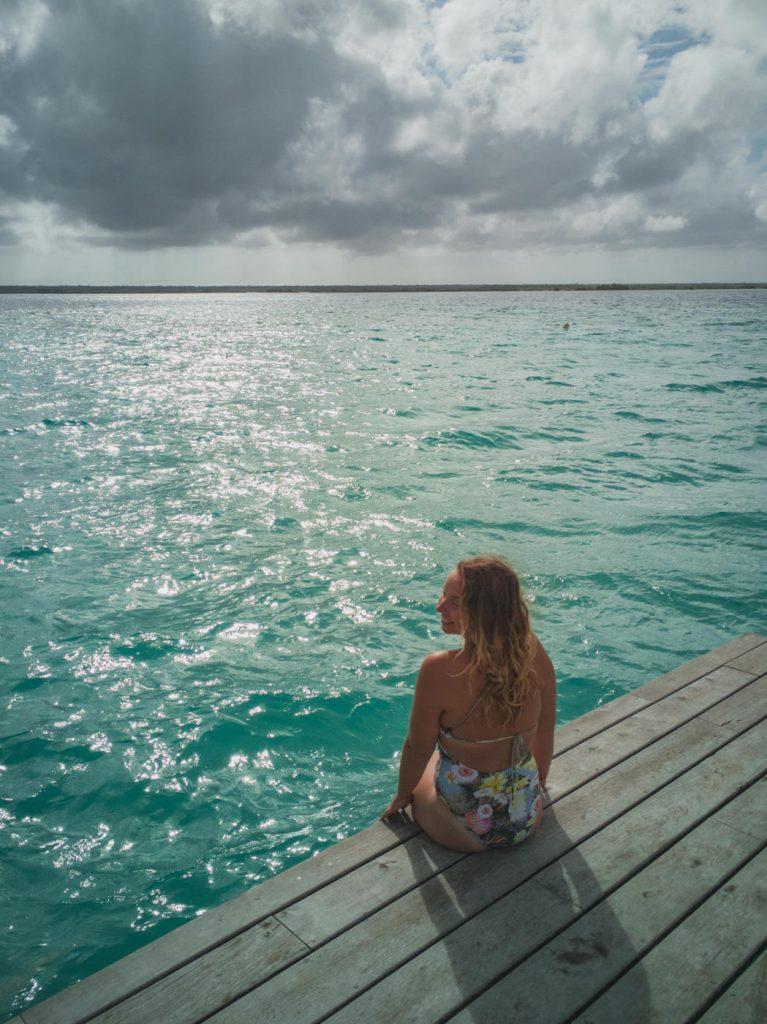 Julia auf dem Steg in der Lagune von Bacalar