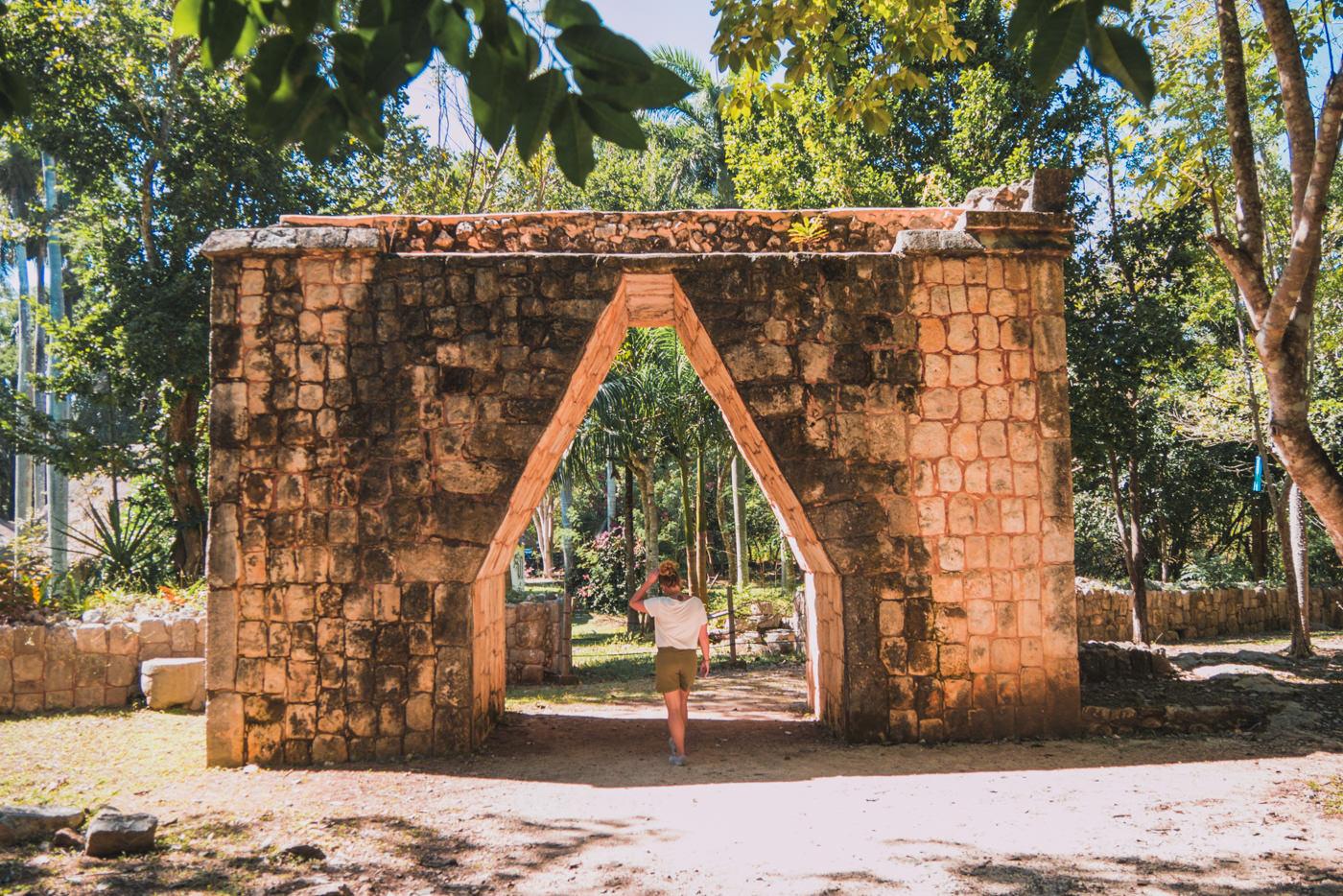 Julia vor dem Bogen von Chichen Itza in Mexiko