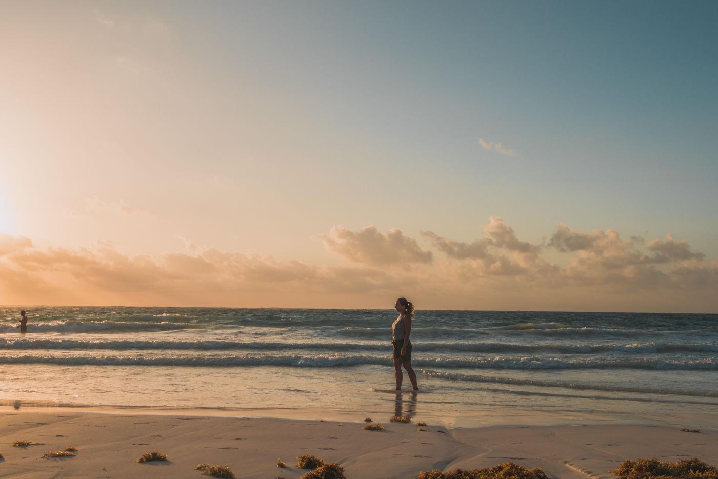 Julia im Meer während des Sonnenaufgangs