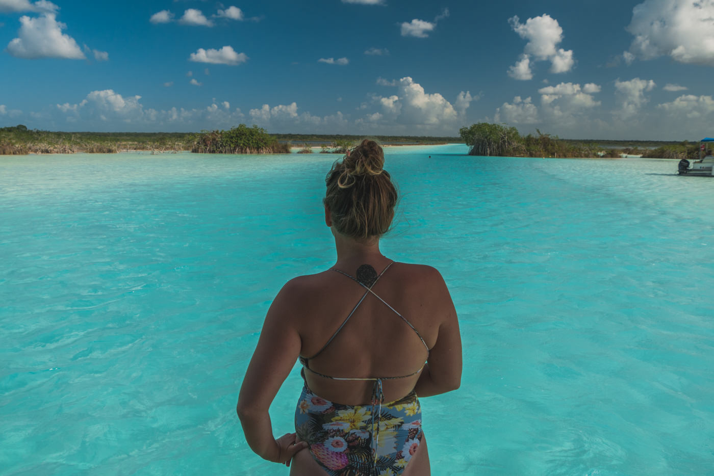Julia in der Lagune von Bacalar