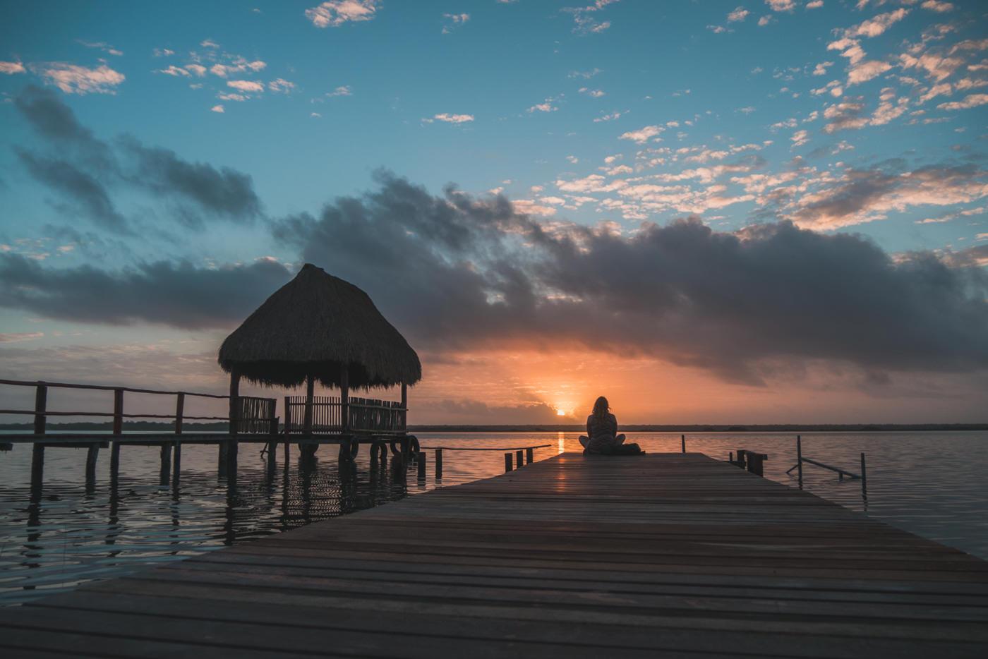 Julia waehrend des Sonnenaufgangs in der Lagune von Bacalar