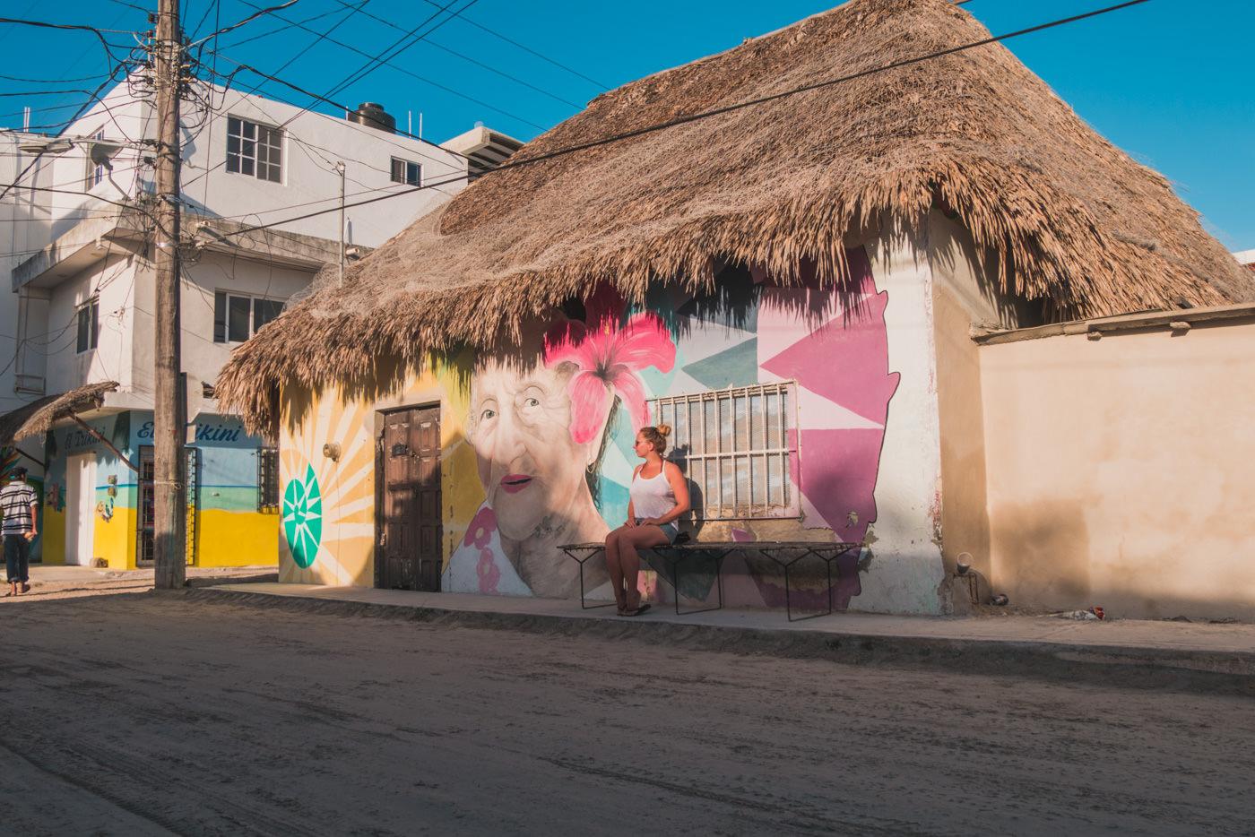 Julia und Streetart auf Isla Holbox in Mexiko