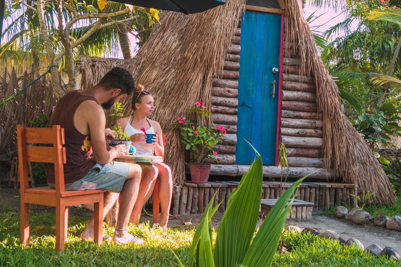 Wir vor unserer AirBnB Hütte auf Isla Holbox in Mexiko