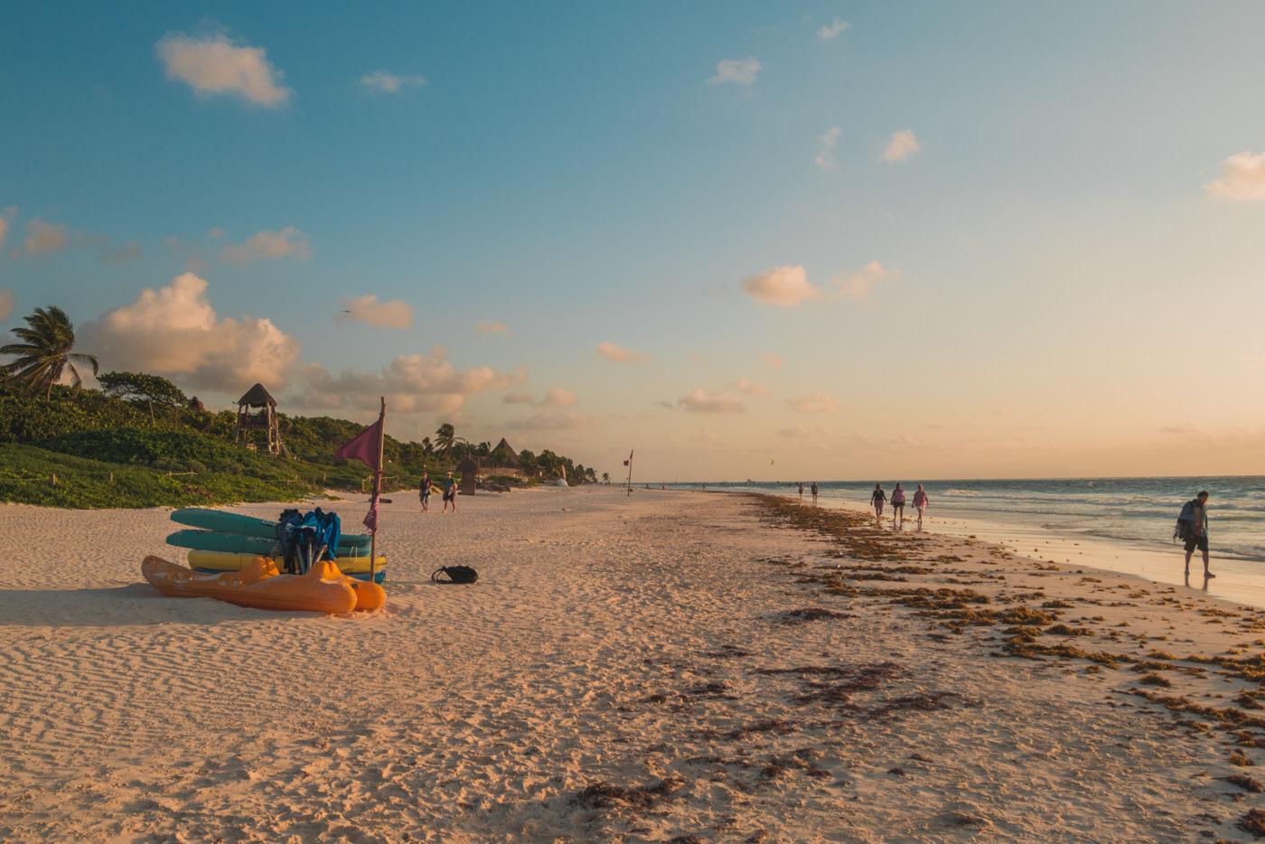 Sonnenaufgang am Strand von Tulum in Mexiko
