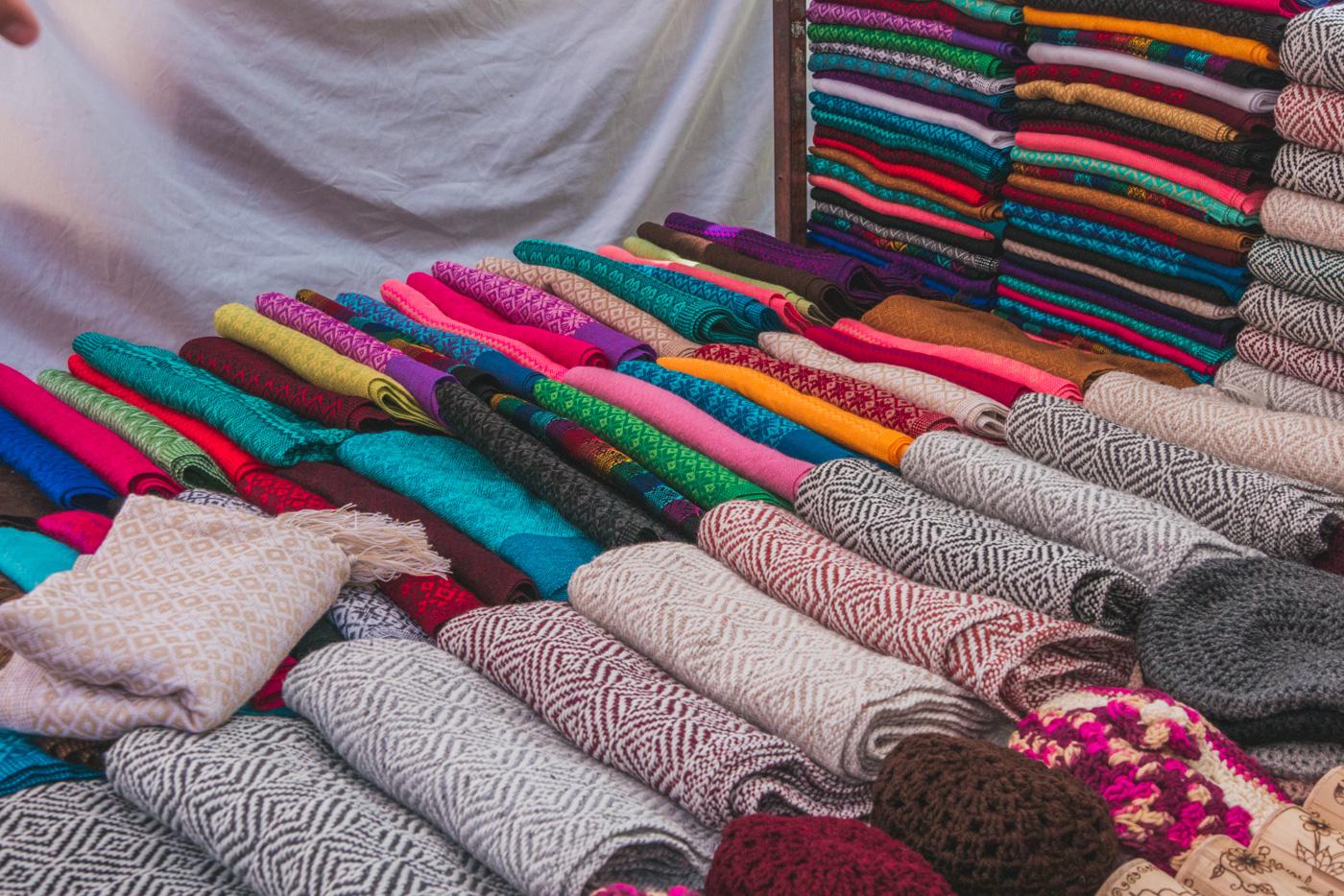 Tücher auf dem Mercado Santo Domingo in San Cristobal