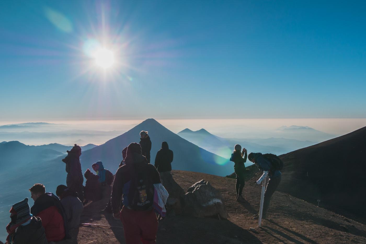 Abstieg vom Vulkan Acatenango mit Blick auf den Vulkan Fuego
