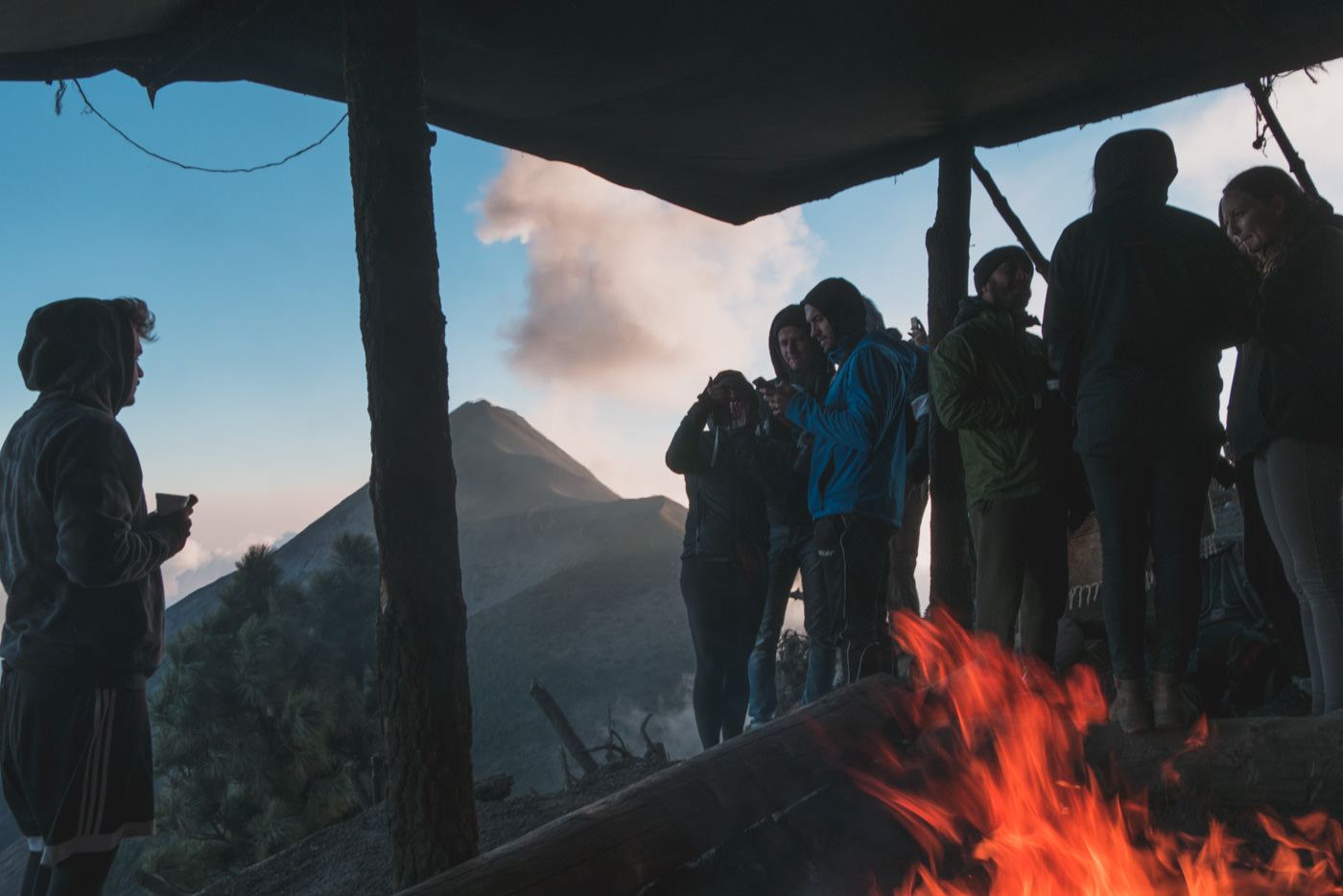 Lagerfeuer im Basecamp mit Blick auf Vulkan Fuego