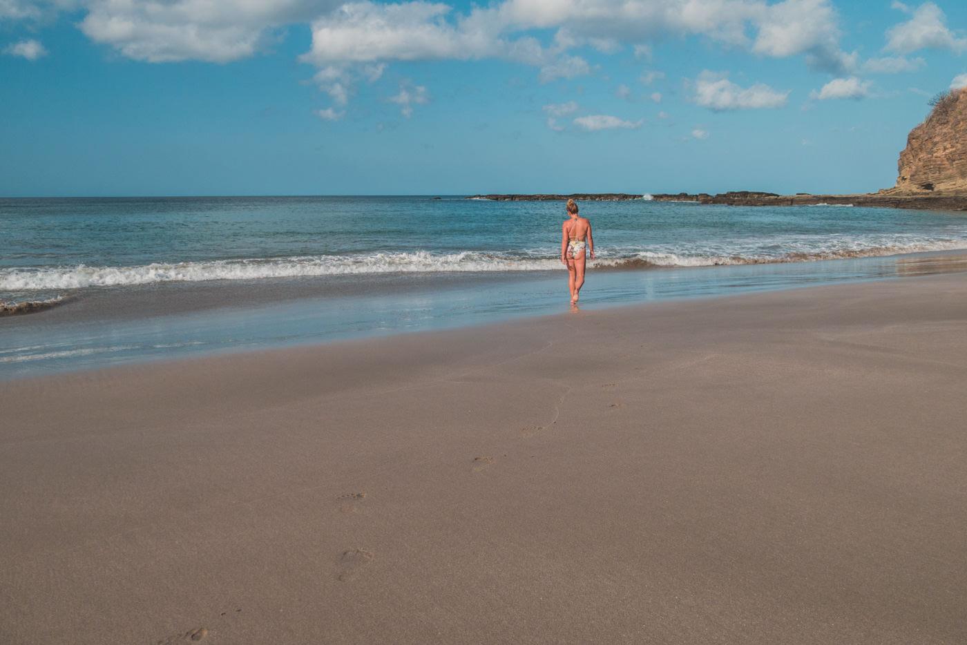 Julia an einem einsamen Strand in Nicaragua