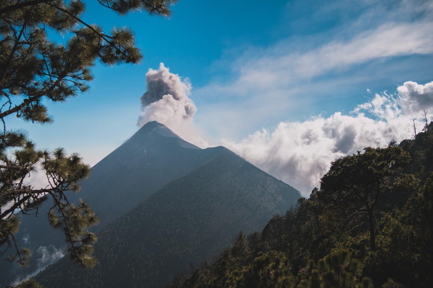 Unser Blick auf den Vulkan Fuego während des Aufstiegs