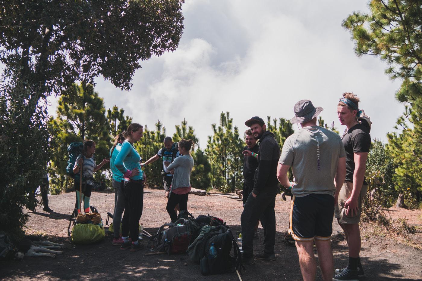 Pause während des Aufstiegs zum Vulkan Acatenango