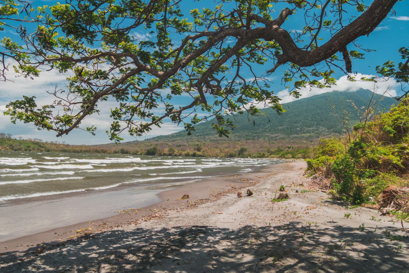 Strand mit Blick auf den Vulkan Maderas auf der Insel Ometepe