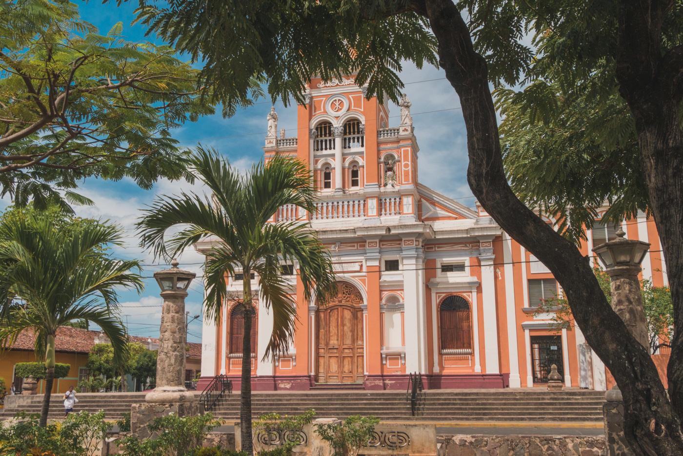 Kirche am Park Xalteva in Grananda