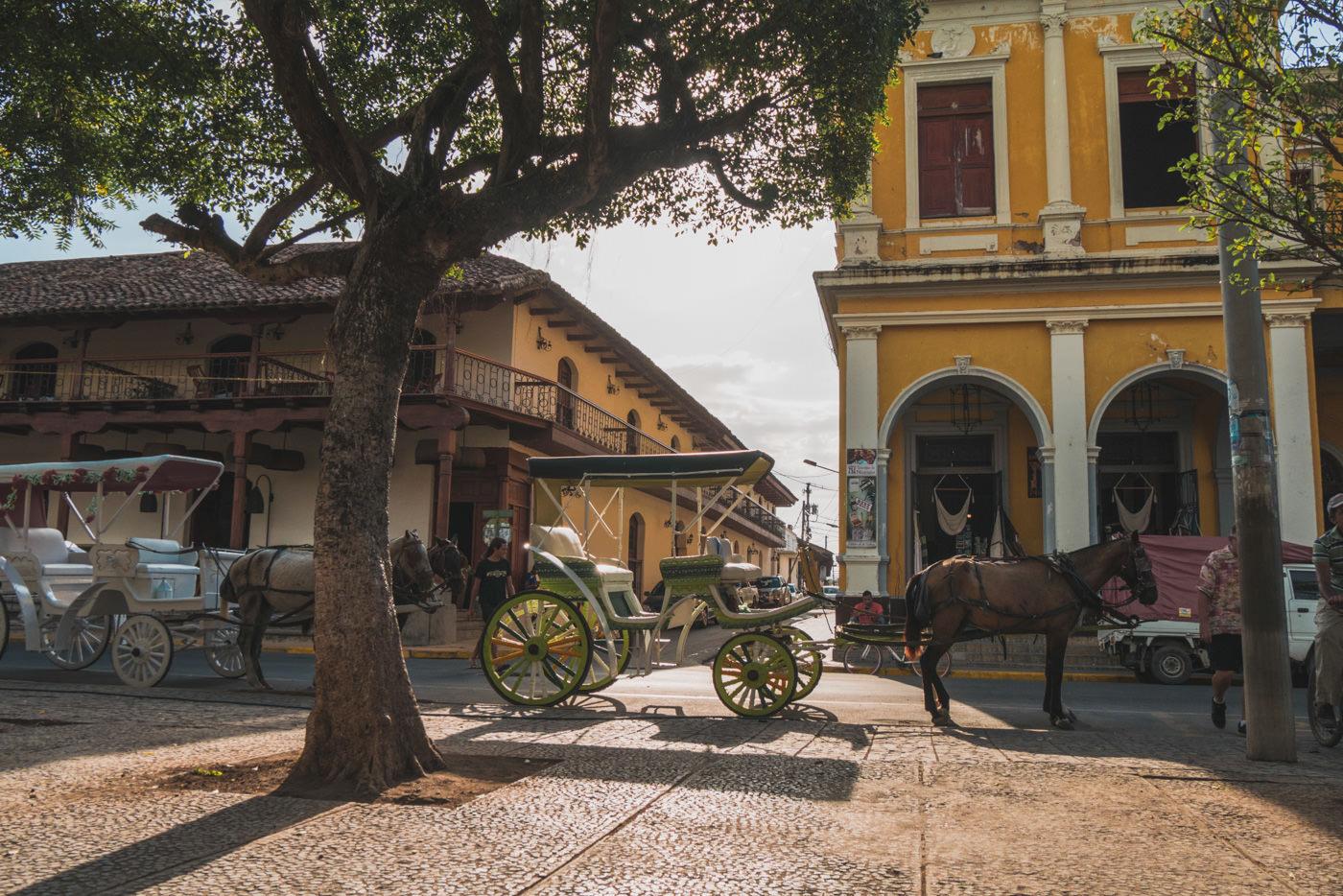 Pferdekutschen am Parque Central in Granada