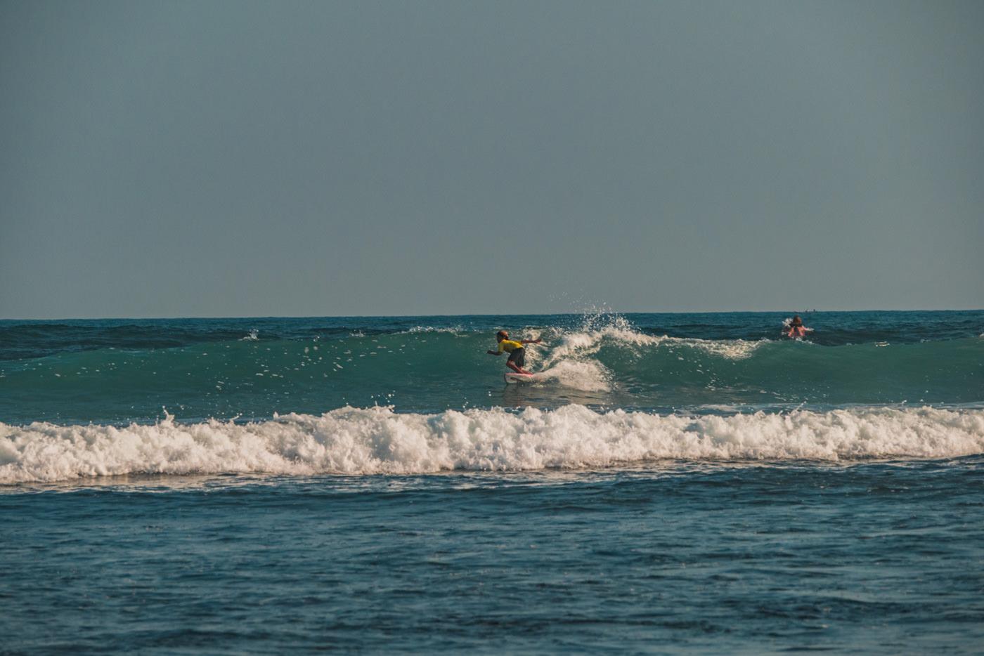 Surfer im Meer bei El Tunco