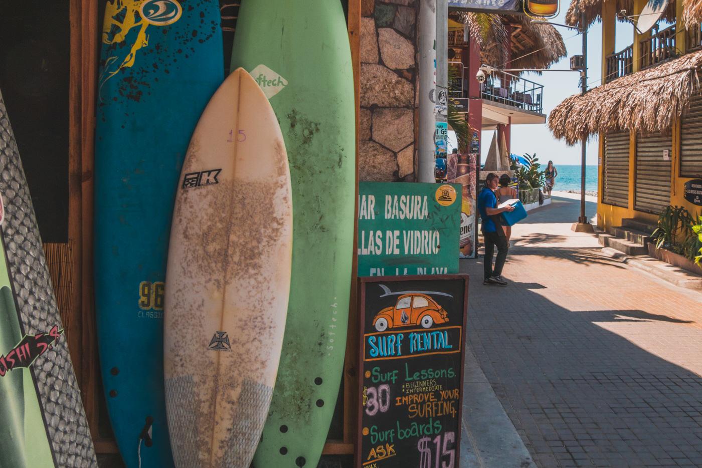 Surfshop und Straße in El Tunco