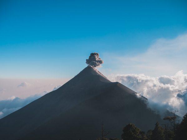 Ausbruch des Vulkan Fuego mit Aschewolke