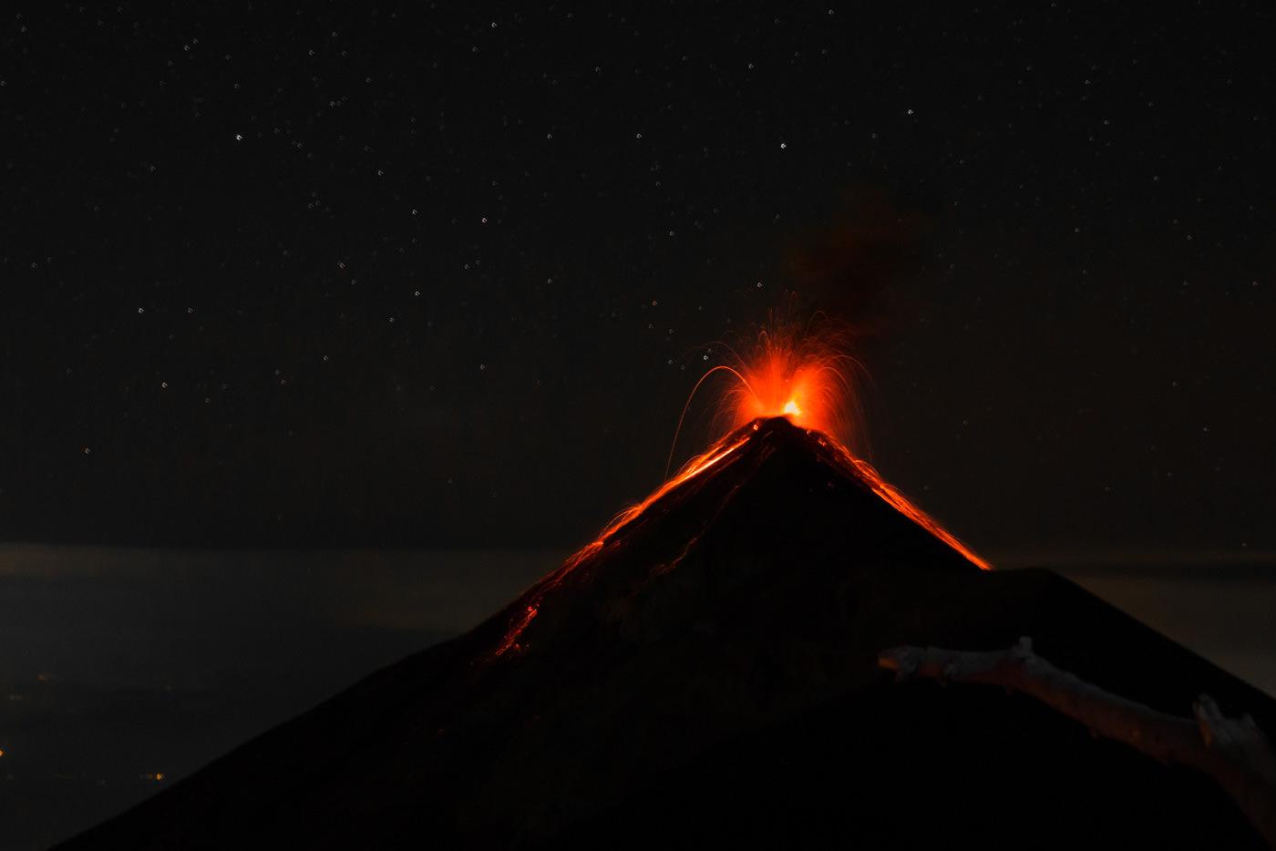 Ausbruch des Vulkan Fuego bei Nacht