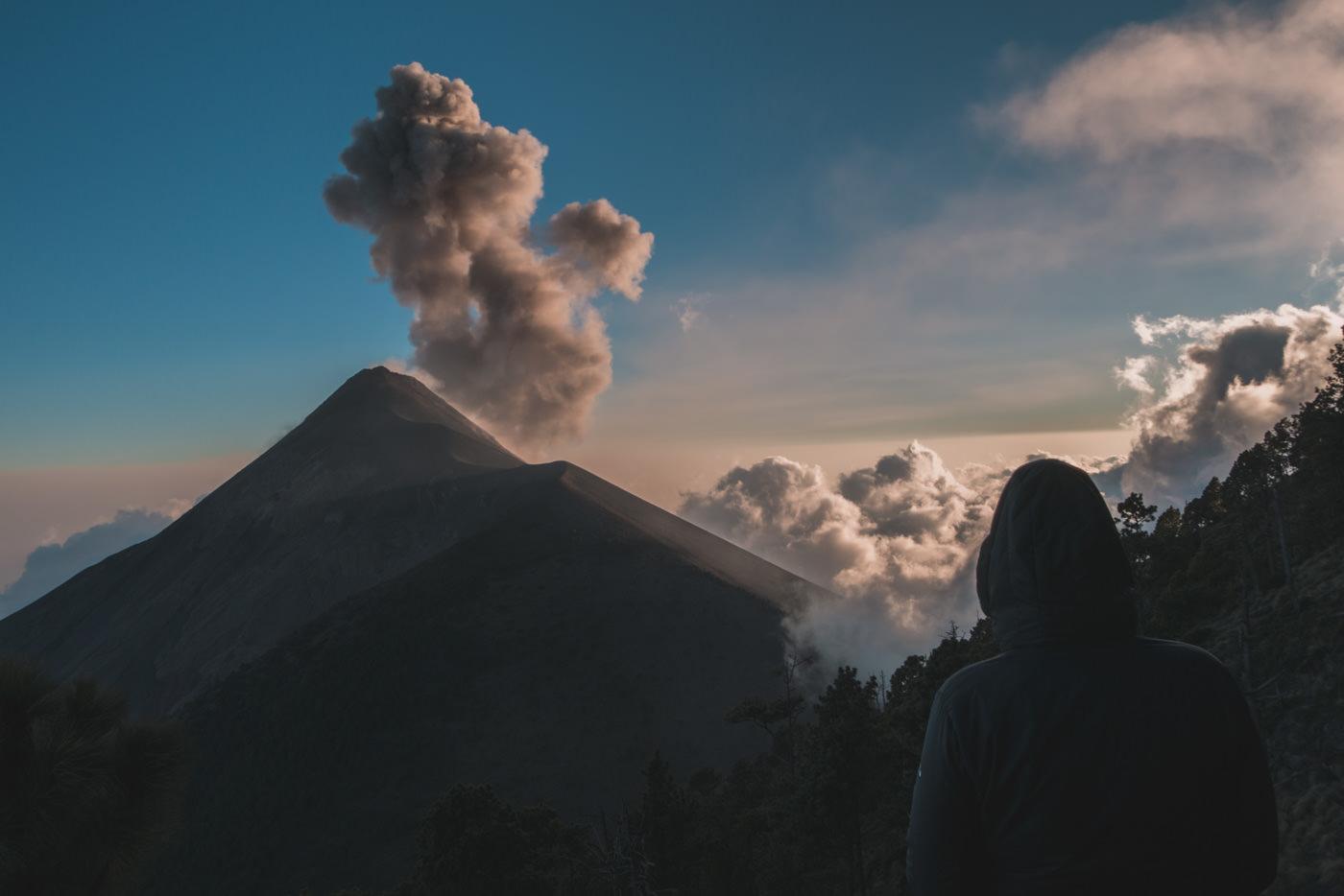 Vulkan Fuego bricht während der Abenddämmerung aus