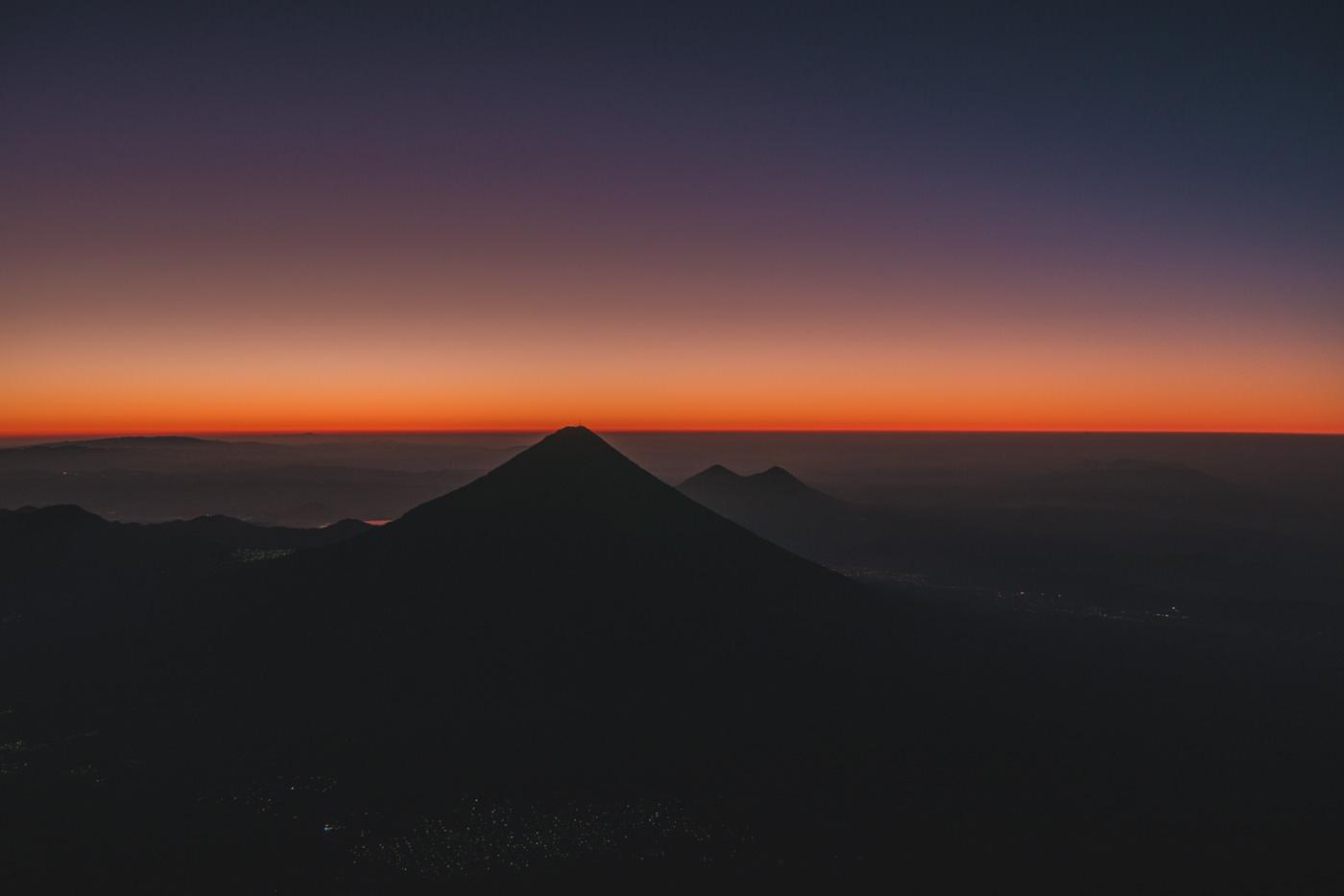 Blick vom Acatenango auf den Fuego während des Sonnenaufgangs