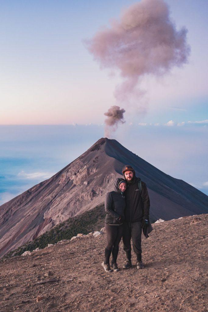 Wir auf dem Gipfel des Acatenango und im Hintergrund Vulkan Fuego