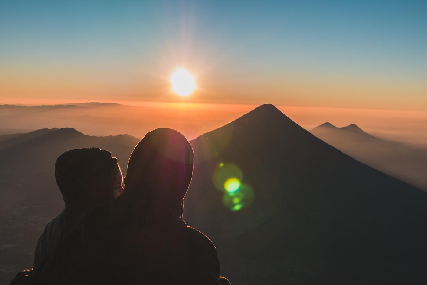 Wir blicken auf den Vulkan Fuego während des Sonnenaufgangs