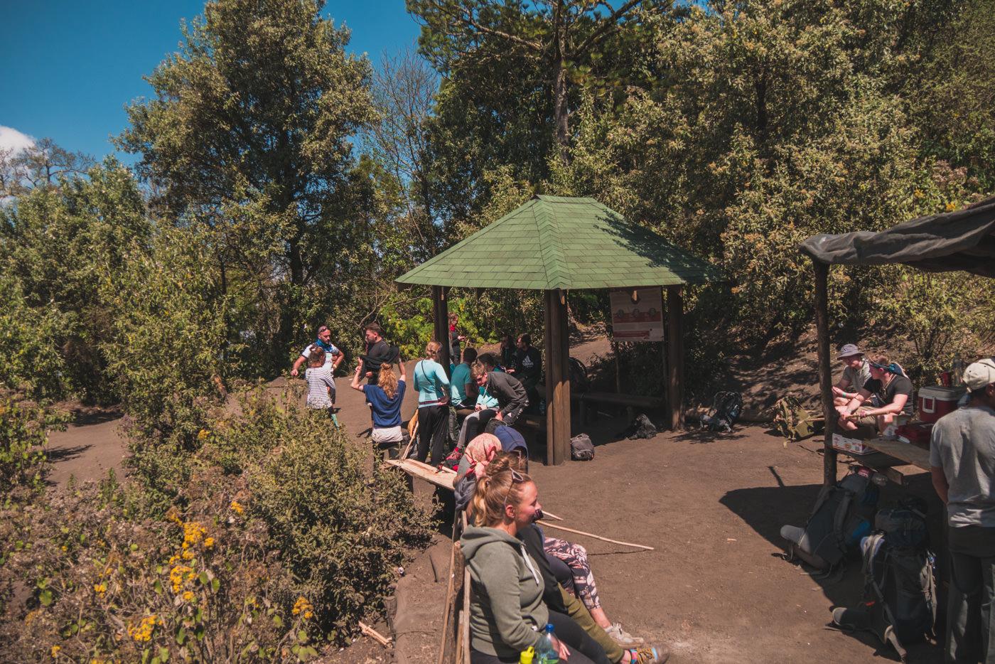 Mittagspause beim Aufstieg auf den Vulkan Acatenango in Guatemala