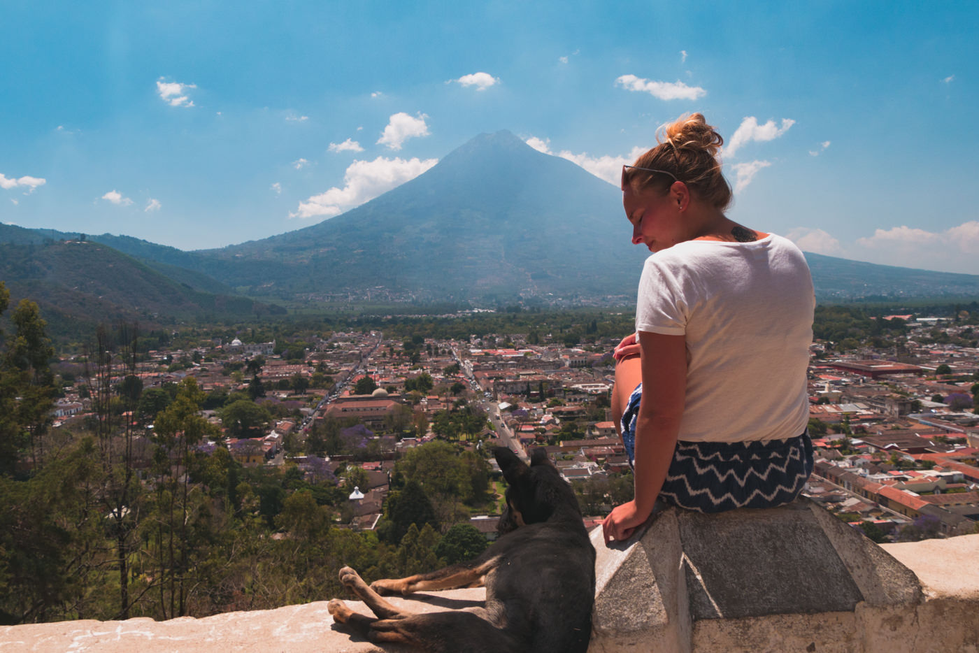 Julia in Antigua mit Hund