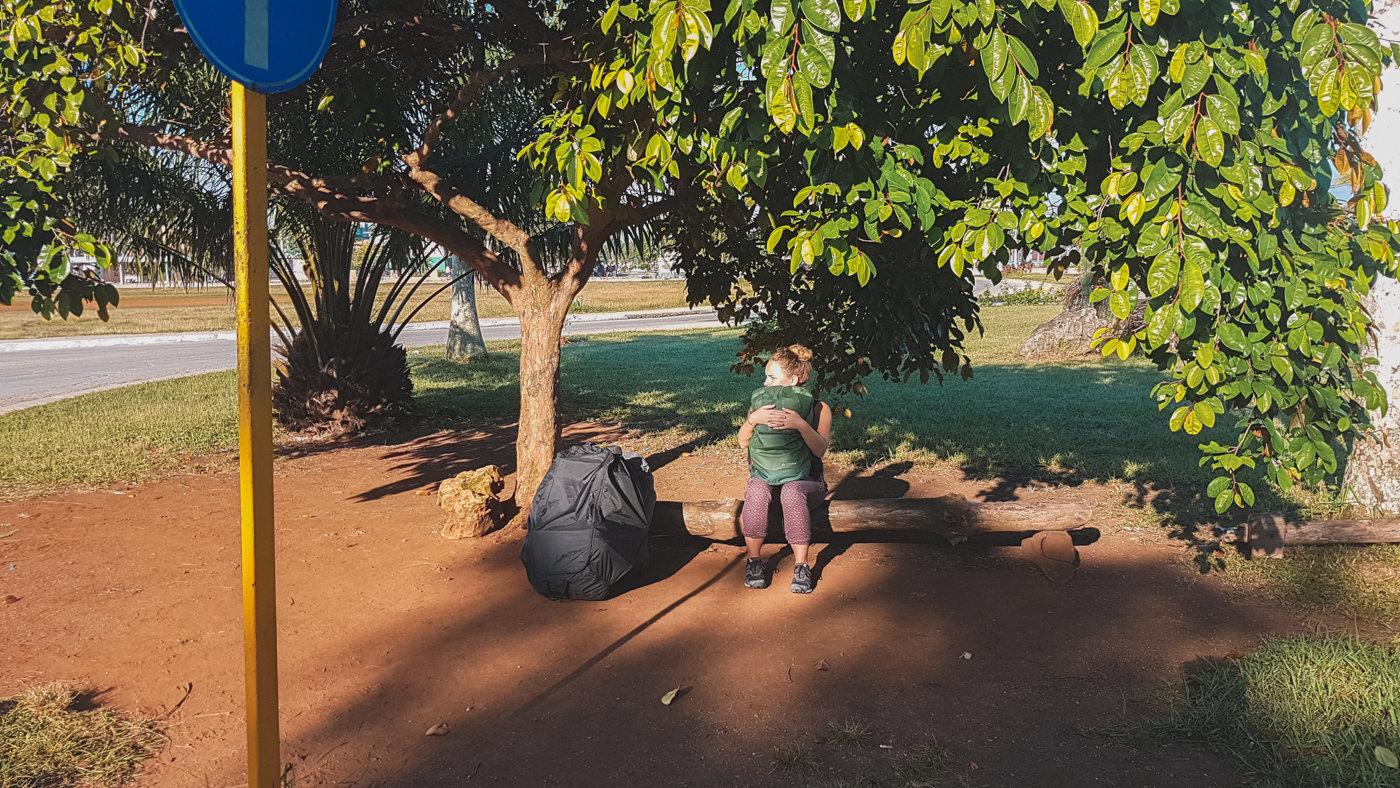 Julia wartet auf den Bus in Kuba