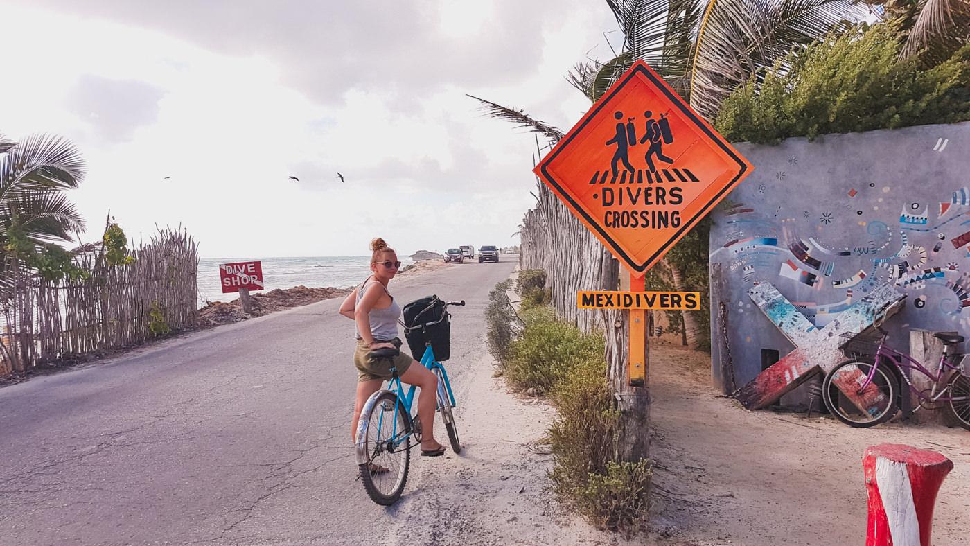 Julia mit dem Fahrrad in Tulum