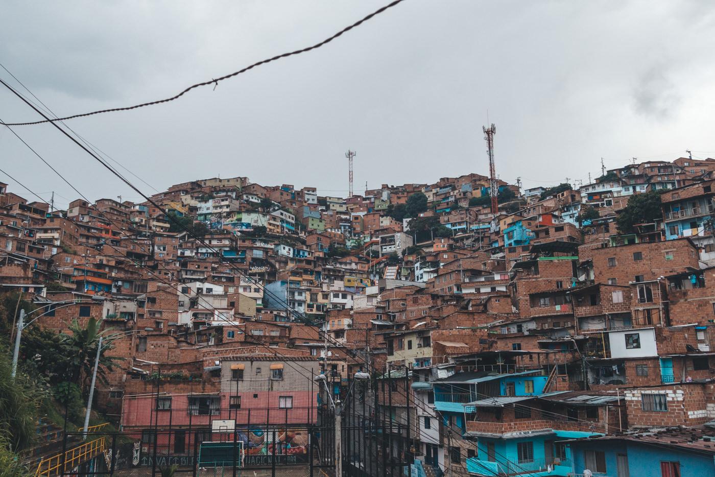 Comuna 13 in Medellín. Bemalte Häuser bilden ein Herz