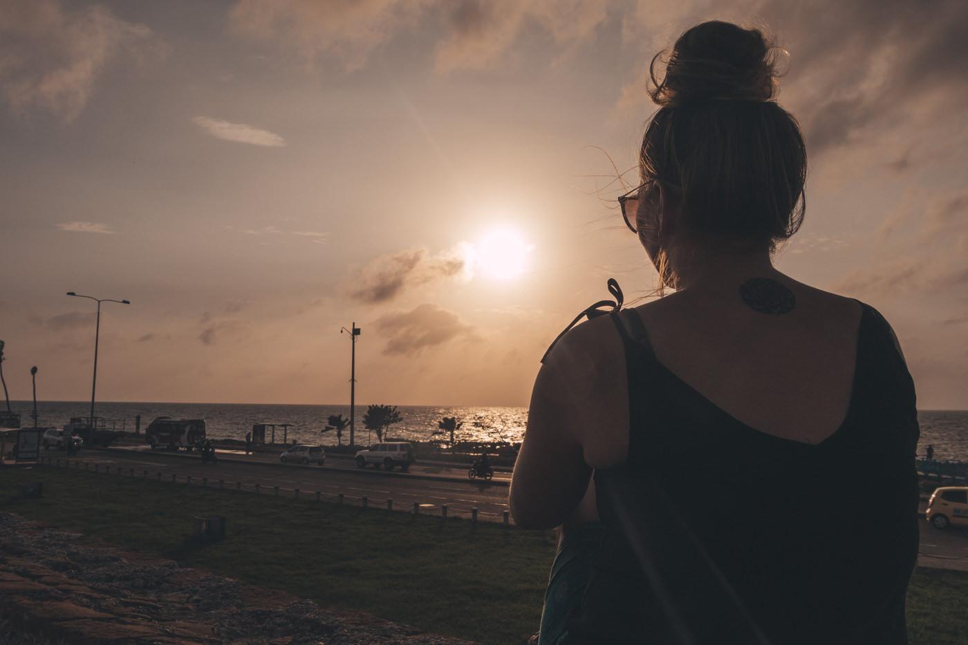 Julia genießt den Sonnenuntergang in Cartagena