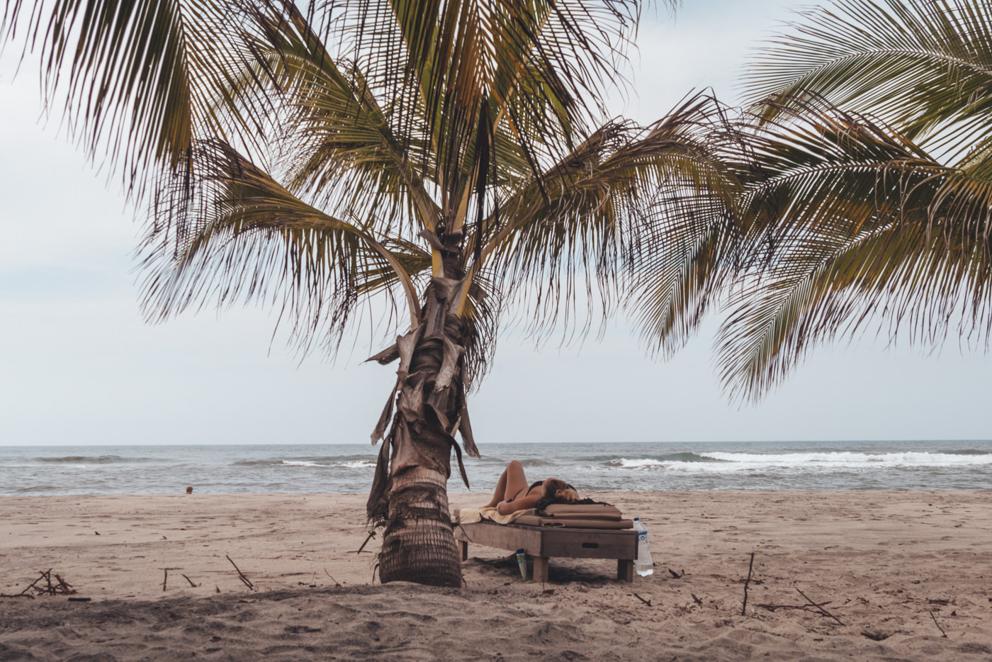 Julia unter einer Palme am Strand
