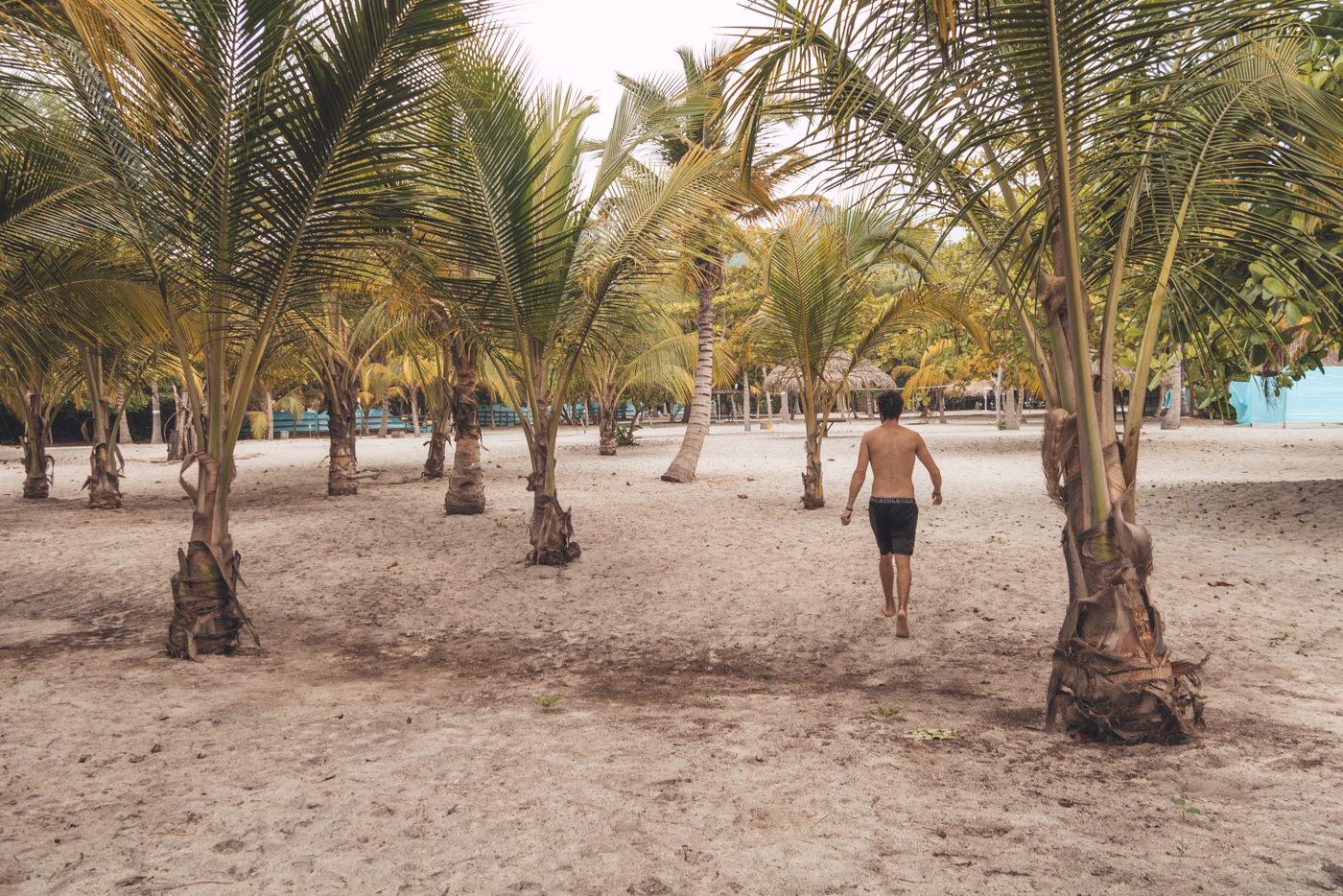 Matthias am Strand des Merecumbe Hostels bei Santa Marta