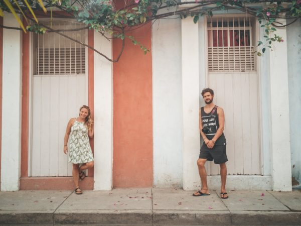 Wir vor einer bunten Hauswand in Cartagena