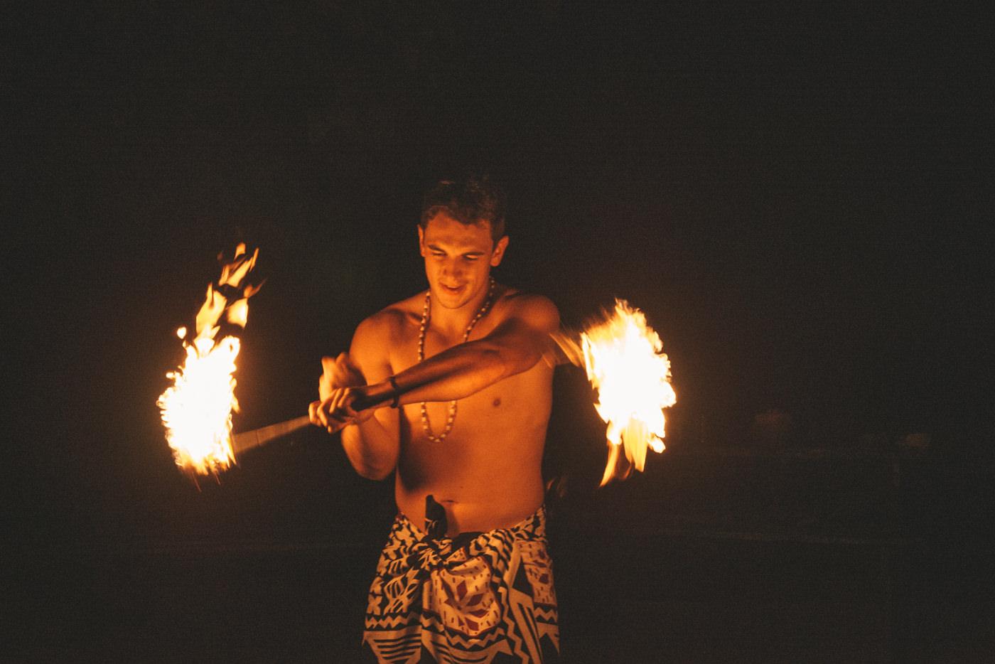 Felix bei der Feuershow auf den Fidschis