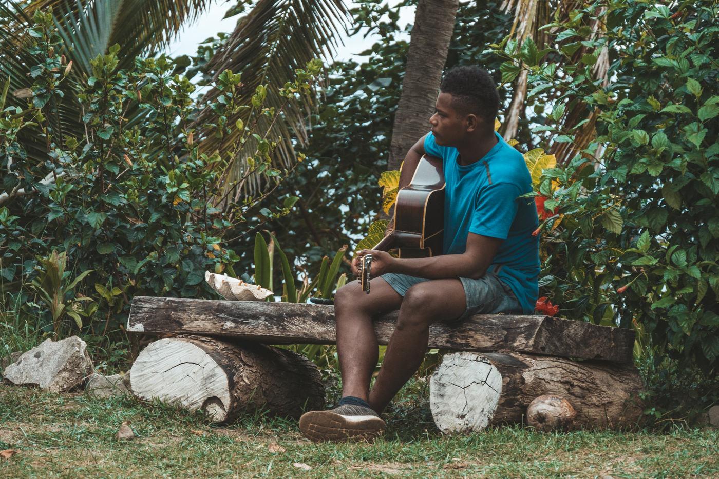 Fidschianer spielt Gitarre