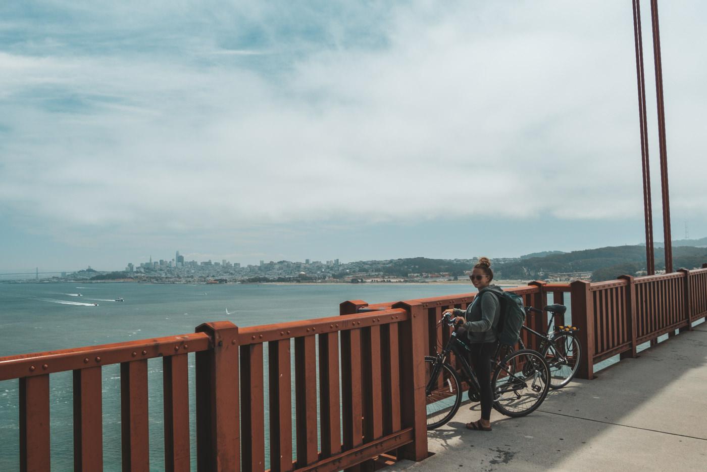 Julia mit dem Fahrrad auf der Golden Gate Bridge in San Francisco