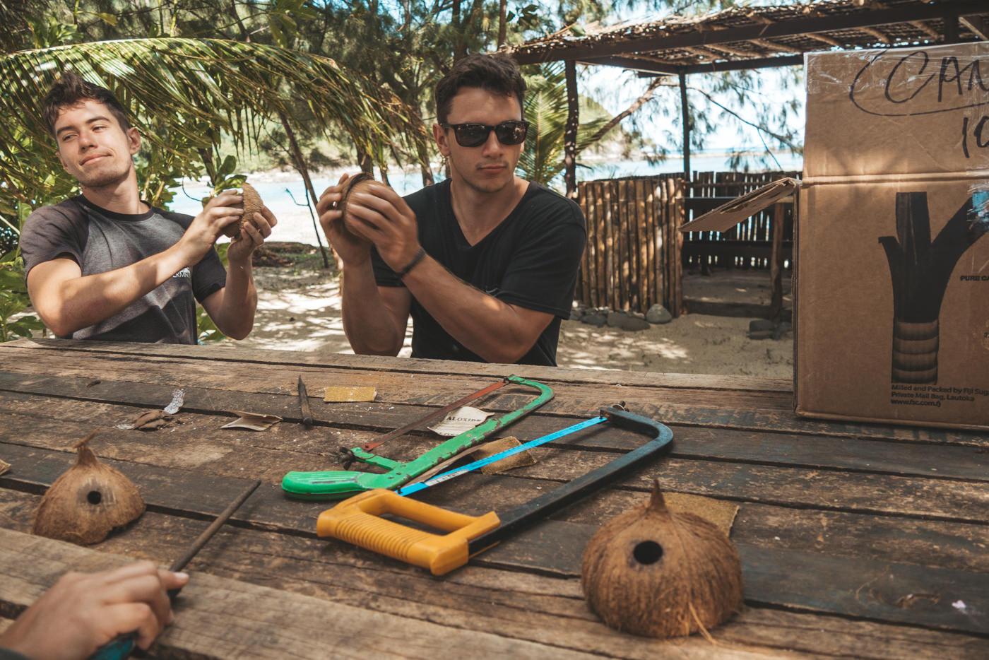 Felix und Oli machen Ringe aus Kokosnüssen