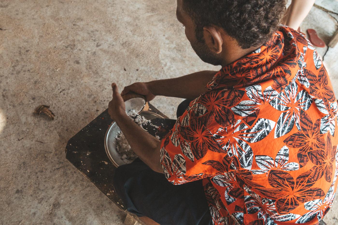 Kokosnussmilchwird per Hand hergestellt