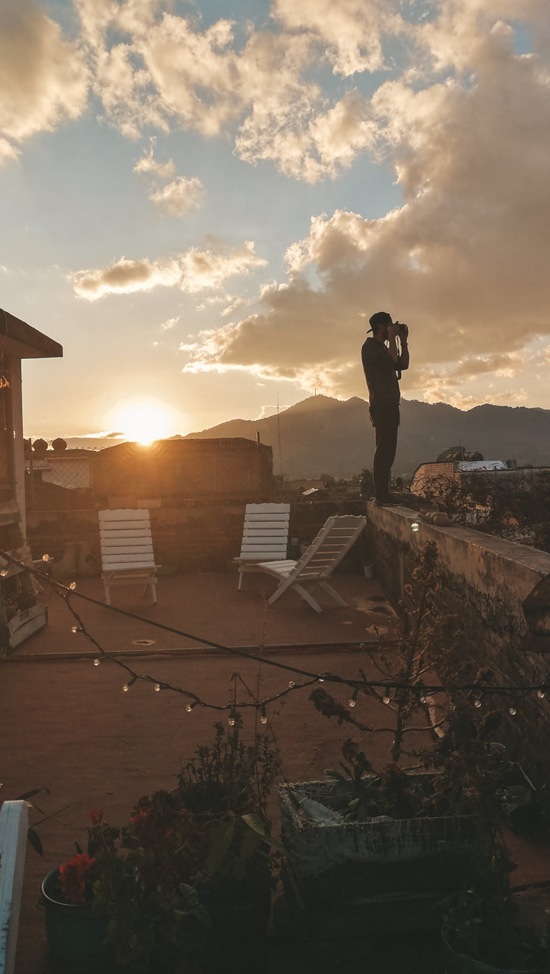 Matthias fotografiert den Sonnenuntergang in San Cristobal in Mexiko