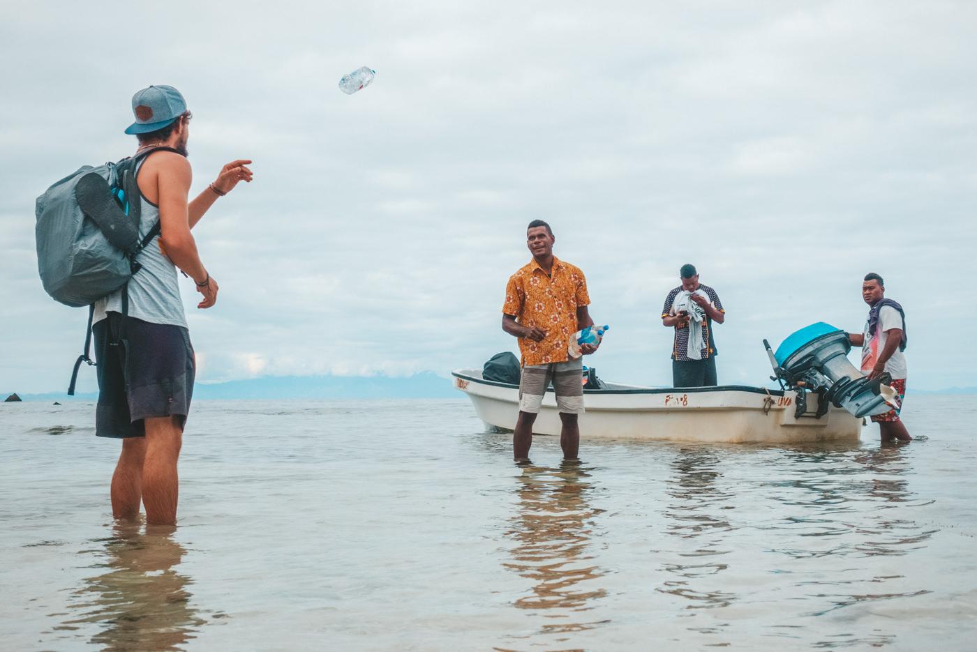 Matthias belädt das Boot