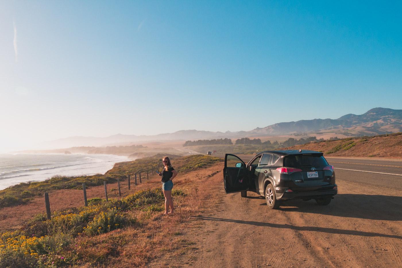 Julia und unser Mietauto auf dem Highway 1 in Kalifornien