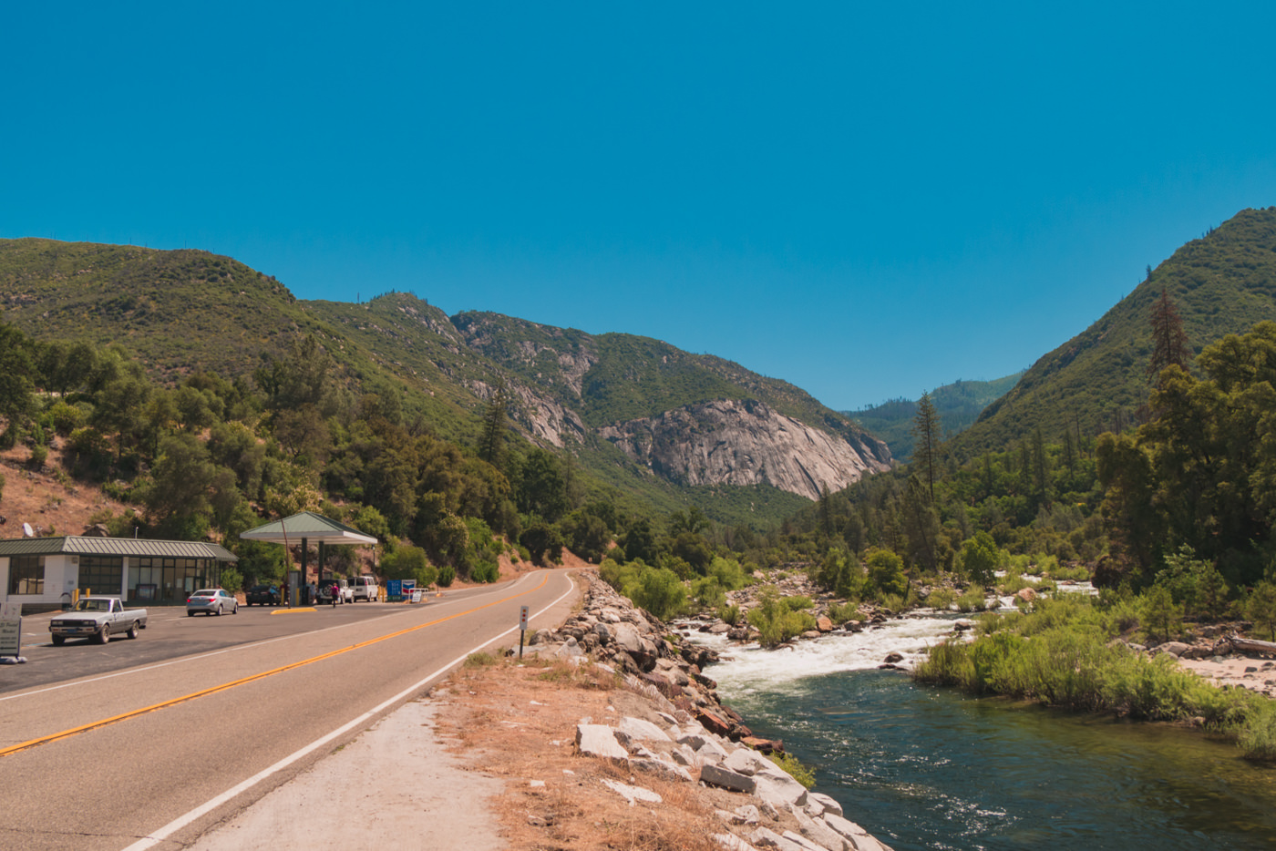 Straße und Fluss im Yosemite Nationalpark