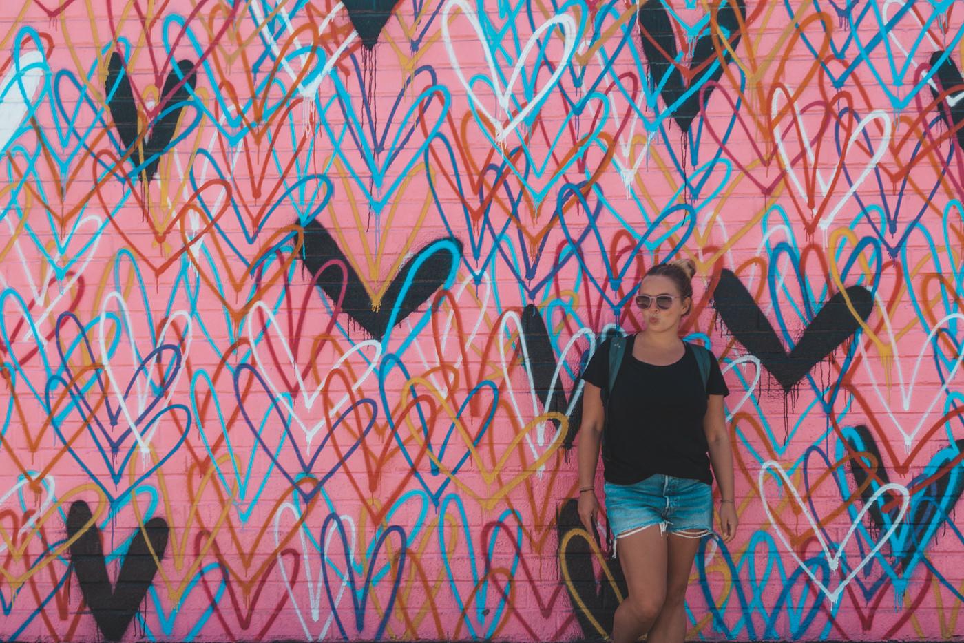 Julia an einem Mural am Rodeo Drive