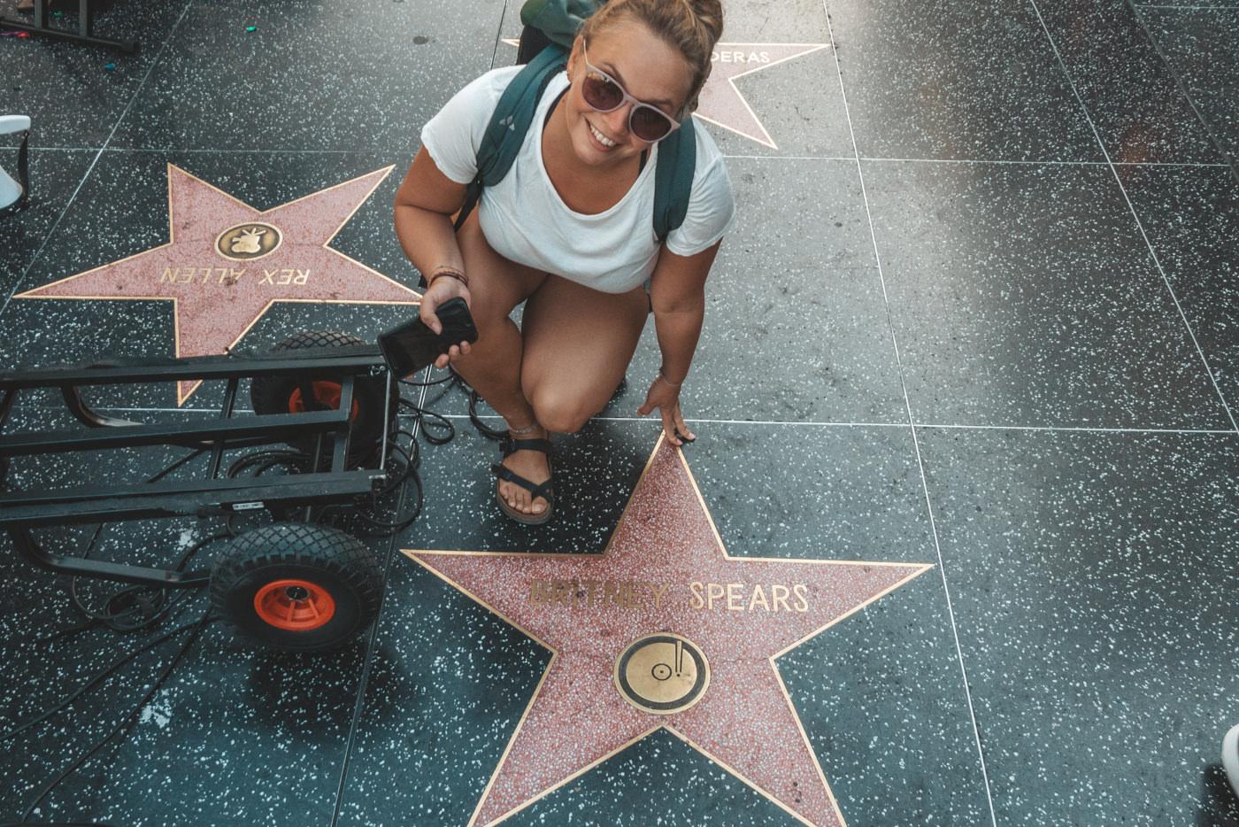 Julia am Walk of Fame mit dem Stern von Britney