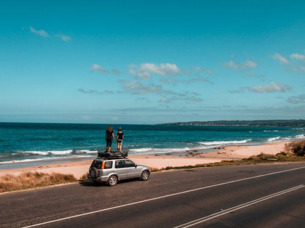 Wir stehen auf dem Auto an der Great Ocean Road