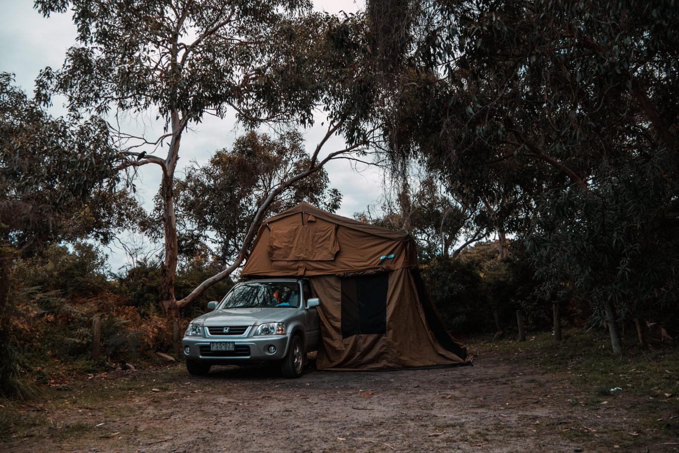 Auto mit Zelt am Blanket Bay